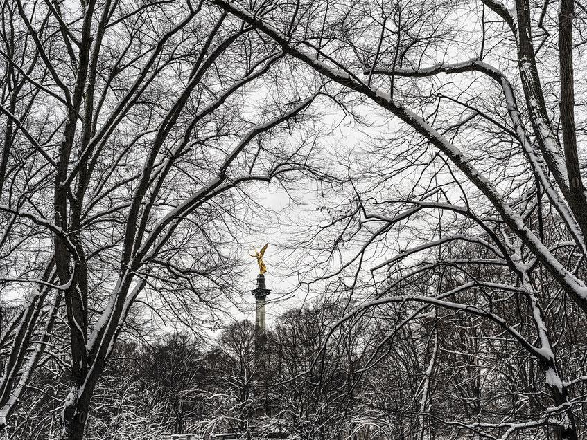 Der Friedensengel im Schnee als Farb-Photographie, Muenchen, Bayern