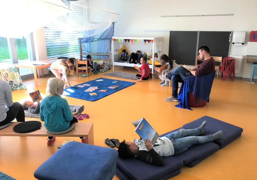 Gemütlich, ungezwungen und hell ist der Leseraum an der Primarschule Sprengi in Emmen. Bilder: Primarschule Sprengi