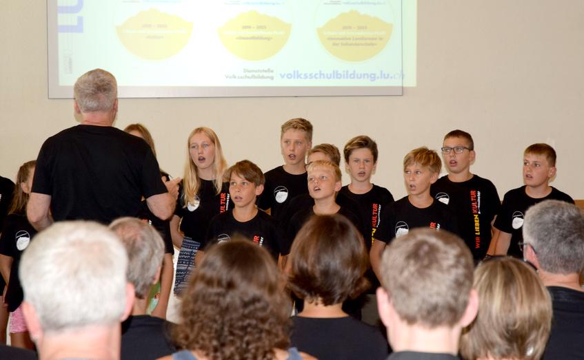 """Feier """"Label für Schulen mit Profil"""" - singende Schüler"""
