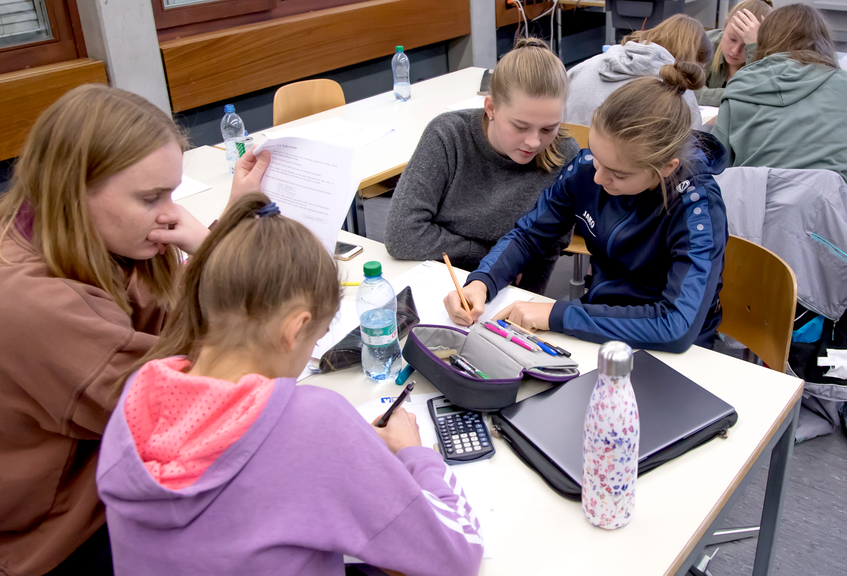 Hochkonzentriert: Schülerinnen an der langen Mathenacht an der Kantonsschule Sursee