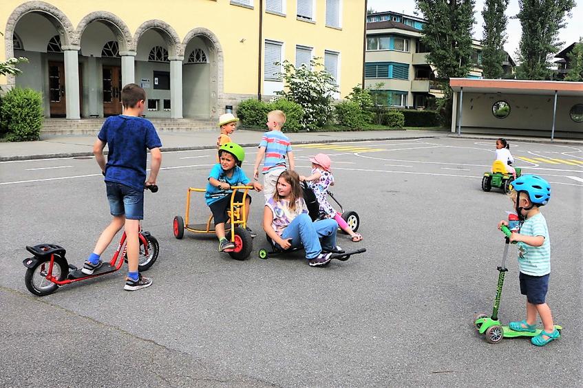 Kinder in der Freizeit auf dem Schulhof.