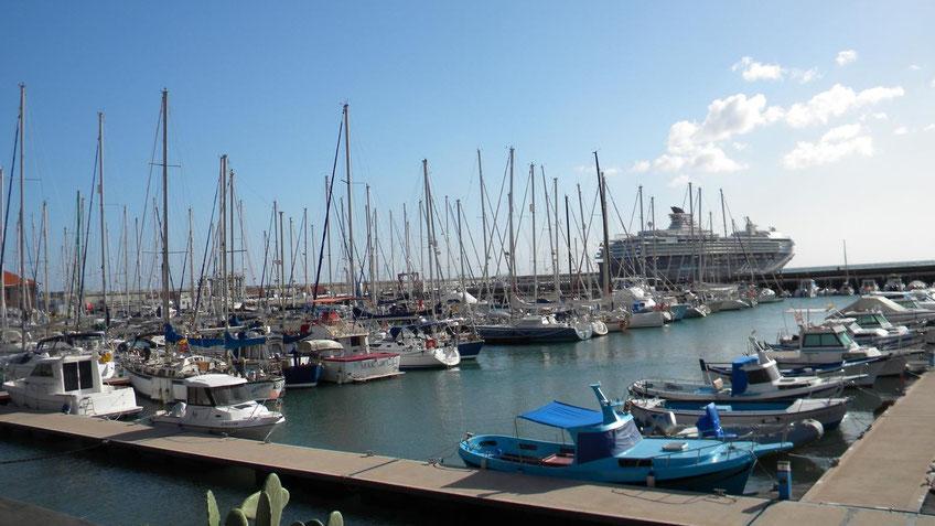 Yachthafen und Mein Schiff 1 am Terminal in San Sebastian