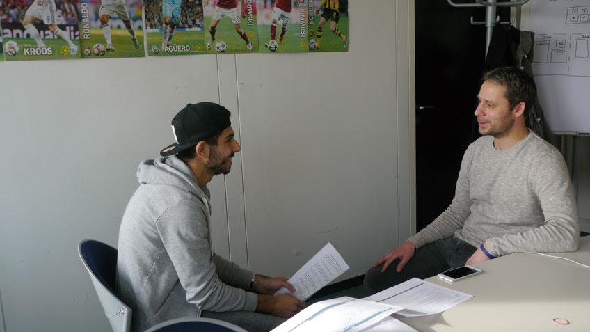Lachen erlaubt! Tackling-Reporter Tarek (li.) im netten Plausch mit Ex-Profi Philip Albrecht (37).