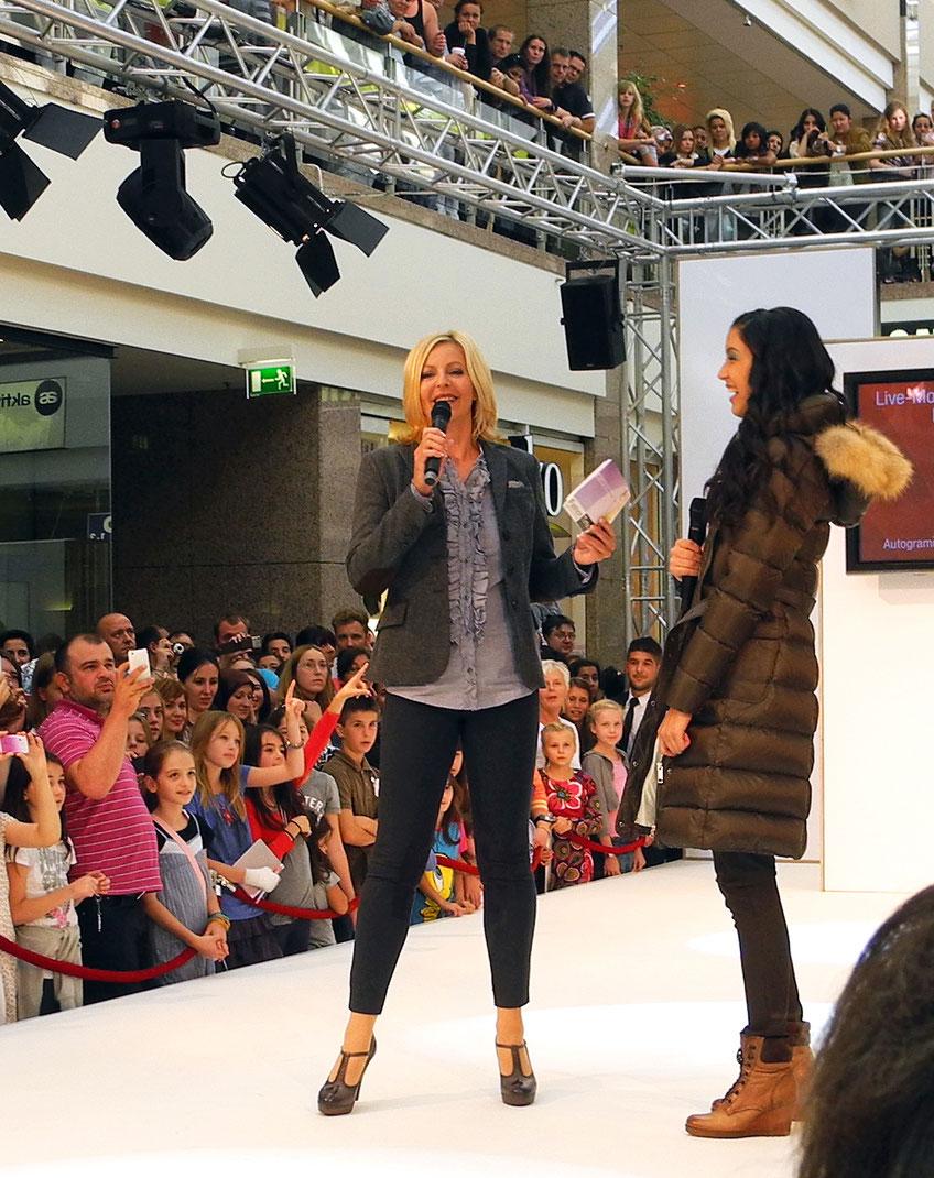 Menschen-Massen drängen sich beim Interview mit Topmodel Rebecca Mir um die Show-Bühne.