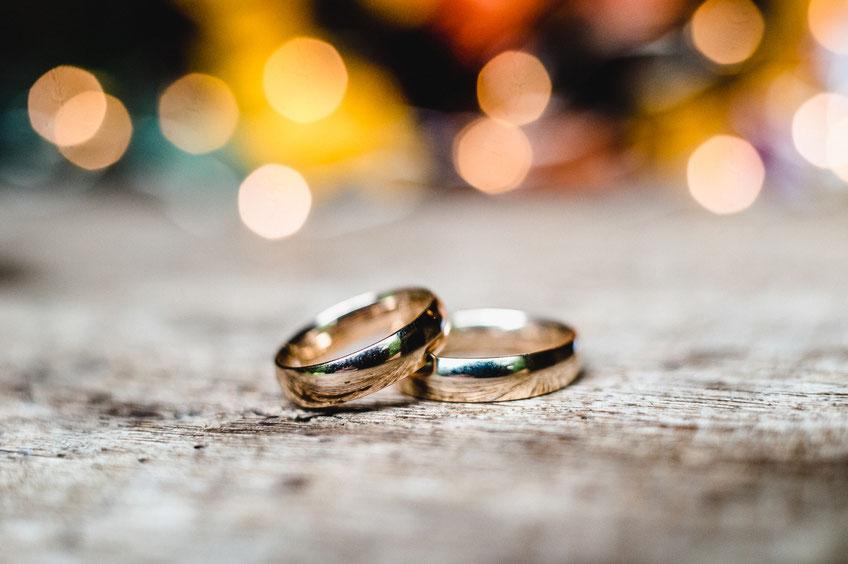 goldene Hochzeitsringe, Nicolas Wanek photography, Wildland Hotel