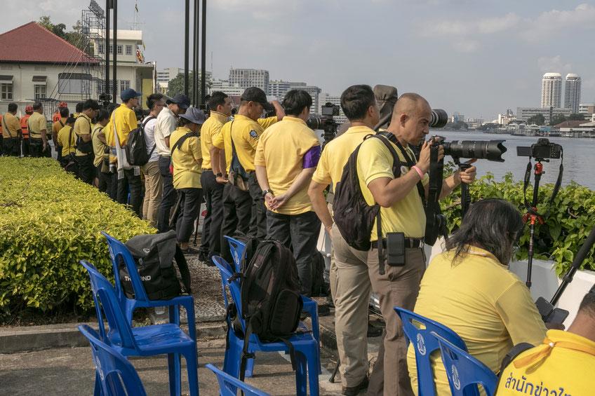 Žurnalistai ir fotografai laukia Čau Prajos upe atplaukiančių Karališkųjų baržų
