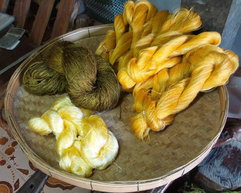 Unterschiedliche Rohseide im thailändischen Seidendorf