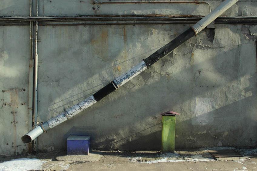 Труба на стене