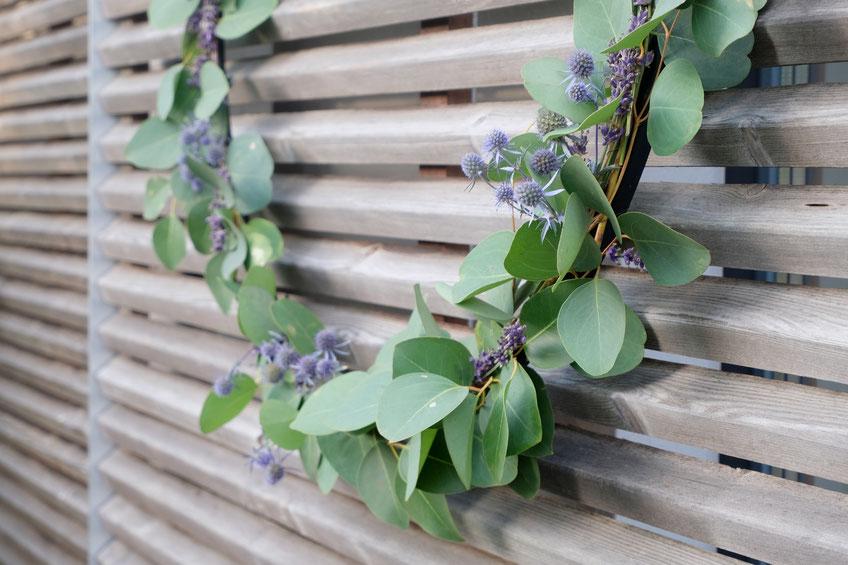 dieartige // Design Studio - BLOG - #Kranz aus #Eukalyptus, #Lavendel + #Distel, Sommer, #Sommerdekoration, #Garten #DIY #Upcycling