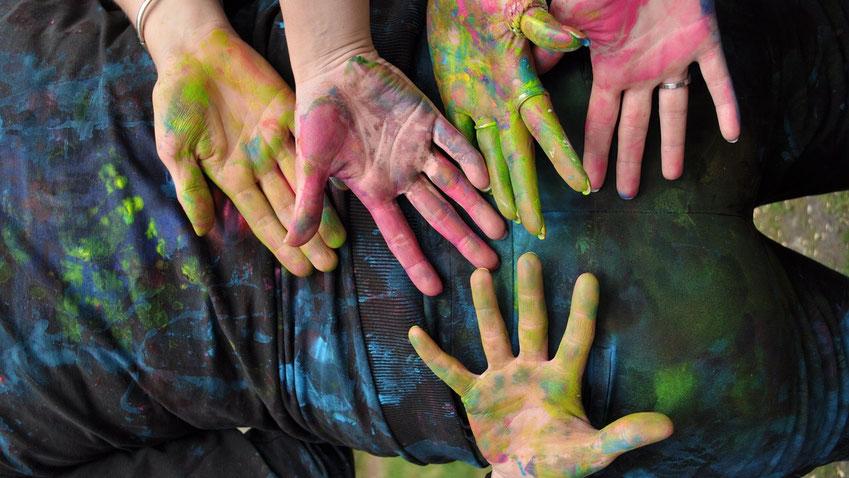 Farbige Hände durch Fingermalfarbe