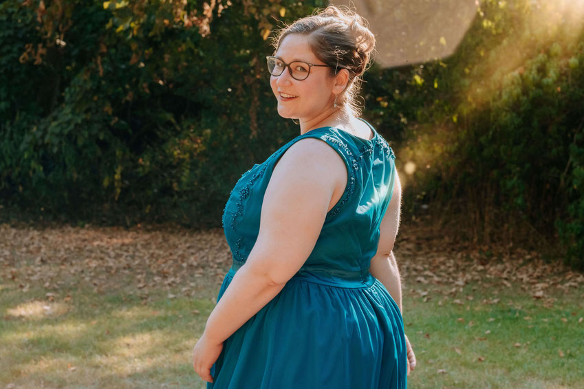 Hochzeitsrednerin Jasmin El-Assil von from Philosophy with Love lächelt in die Kamera. Foto von Ramona Müller -ramonas-hochzeitsfotografie.com