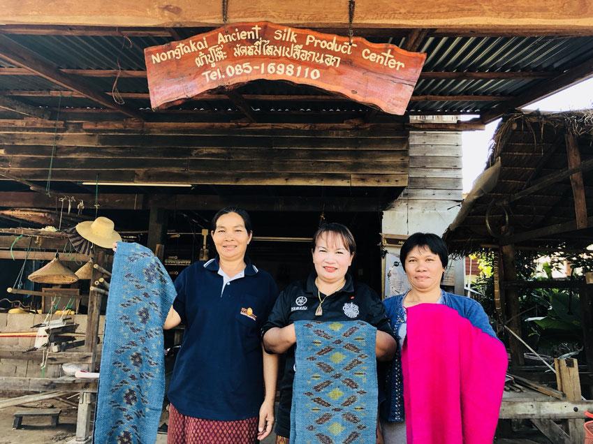 Faire Arbeit unterstützen: Stolze Seidenweberinnen präsentieren Ihre Ware