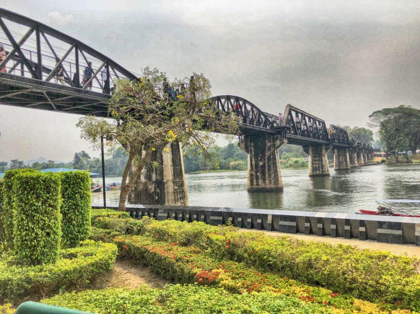 Auf der River Kwai Brücke siehst du meist nur jede Menge Touristen, der Zug fährt nur selten vorbei.