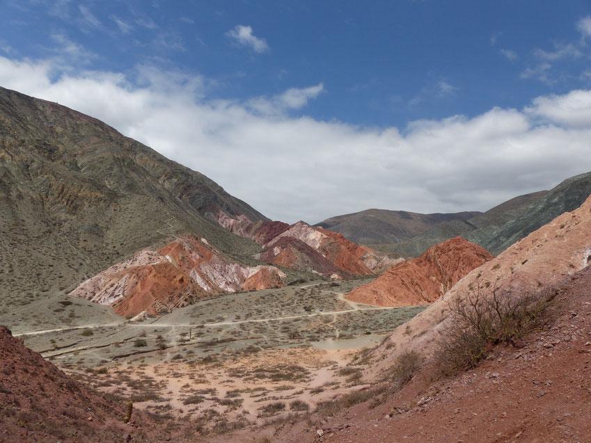 Les montagnes colorées de Purmamarca sur la boucle de Salta en Argentine