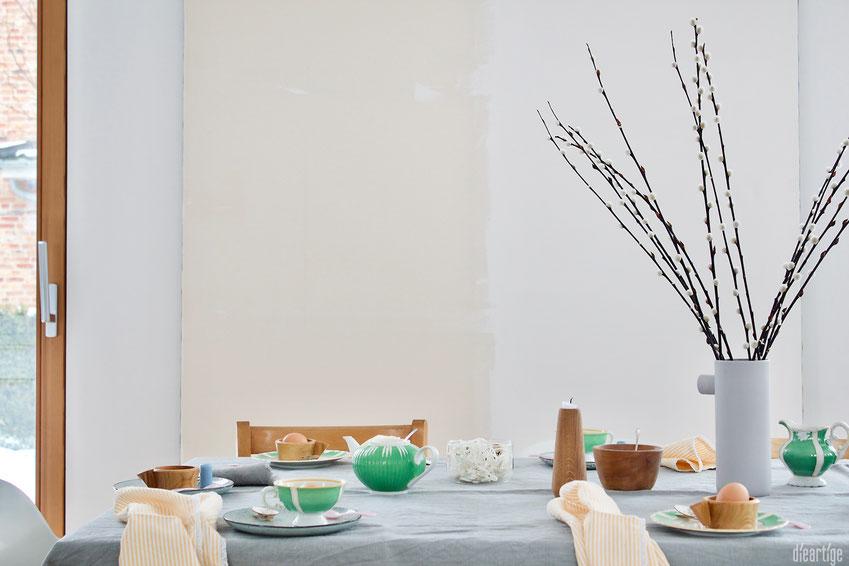 dieartigeBLOG - Oster//Frühlings-Tischdekoration | Antikes Geschirr an Leinentischdecke + Weidenkätzchen