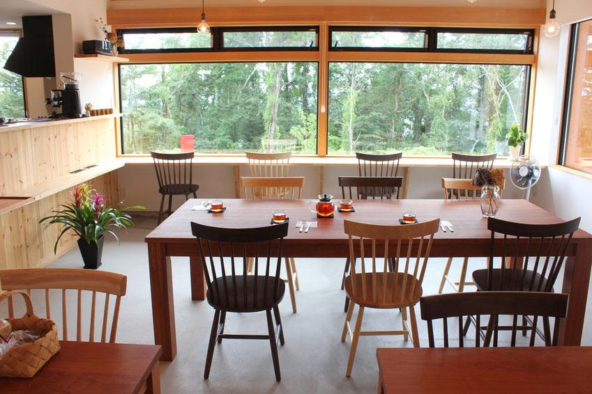 カフェのシンプルダイニングテーブル(organic cafe DITO様)