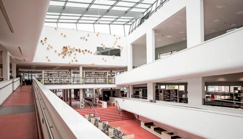 Innenansicht der Mediothek, Theaterplatz 2, 47798 Krefeld, Tel.: 0 21 51 - 86-2753