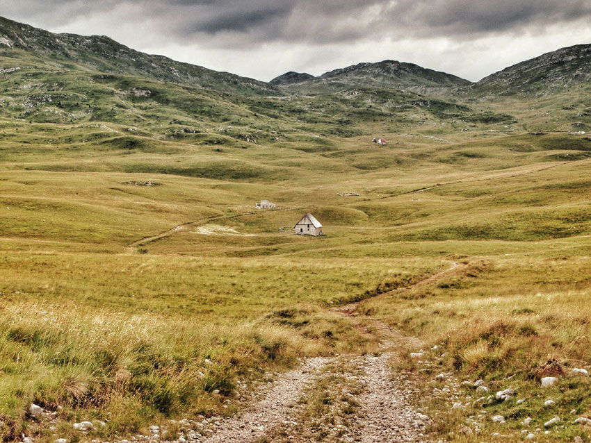 Einzelne Höfe, und manchmal auch deren Überreste, liegen in der fantastischen Landschaft weit verstreut.