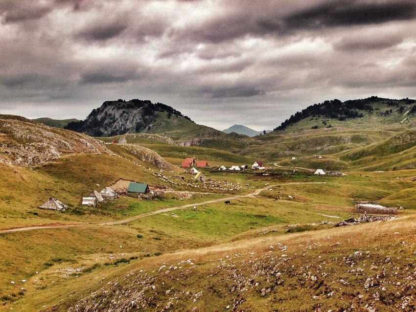 Ein kleines Bergbauerndorf am östlichen Ende der Hochebene.