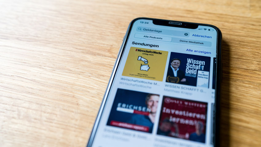 Handydisplay mit Finanzpodcasts