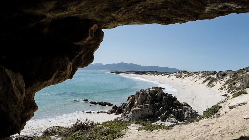 Blick auf das Walker Bay Nature Reserve aus den Klipgat Caves, Südafrika
