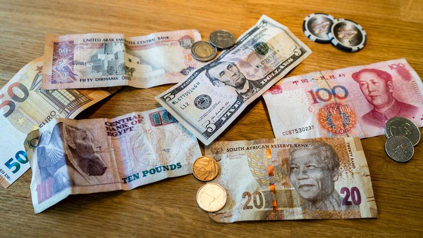 Verschiedene ausländische Geldscheine und Münzen auf einem Tisch