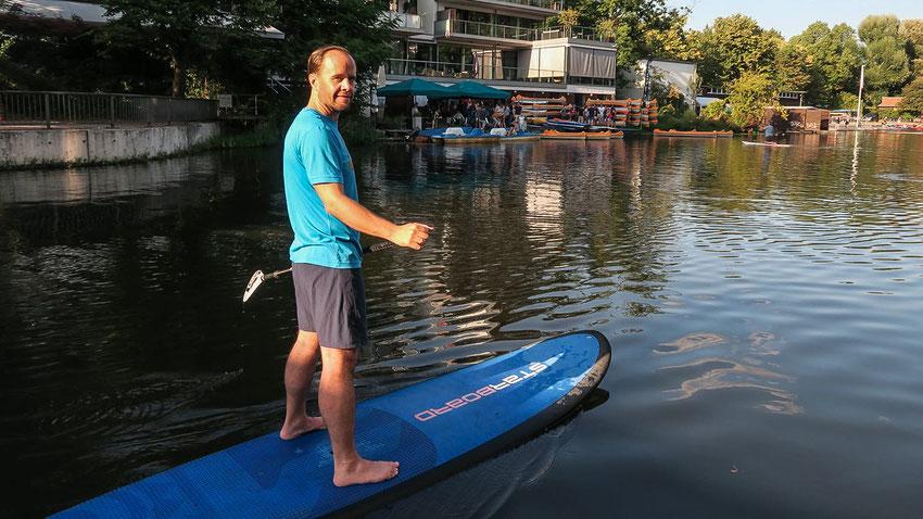 Jens Aßmann auf einem Stand-up paddle board