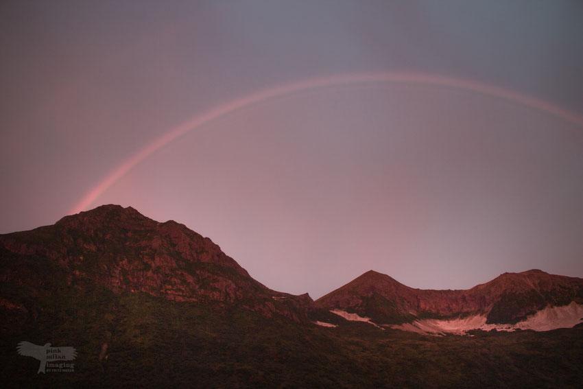 Regenbogen bei Sonnenaufgang in Alaska