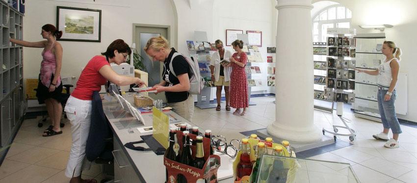 Mitarbeiter der Tourist Information Torgau bei einem Beratungsgespräch