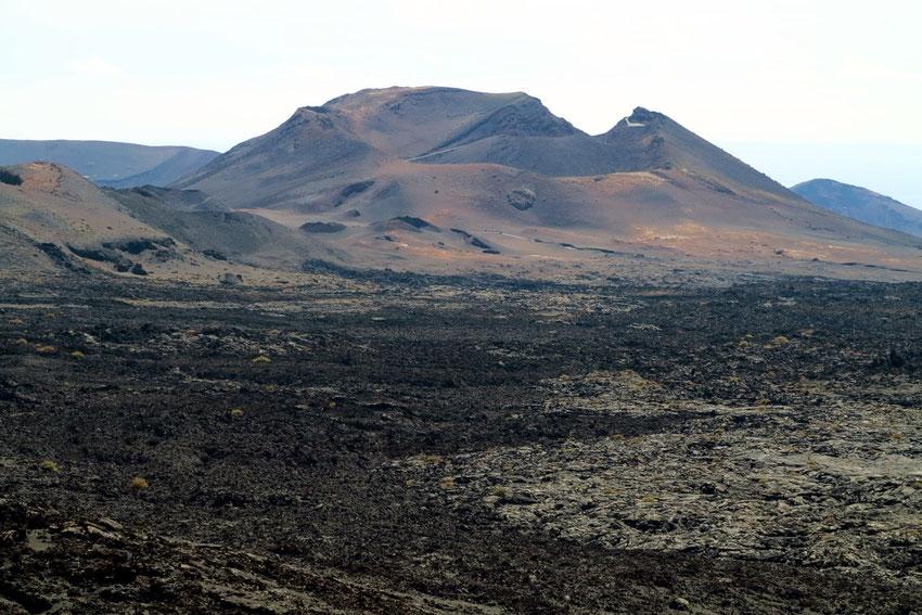 Durch die Ausbrüche zwischen 1730 und 1736 entstanden 32 Vulkankegel. Von dem 350 Meter hoch gelegenen Montaña Rajada erhält man einen Überblick über den größten Teil des Timanfaya-Nationalparks.