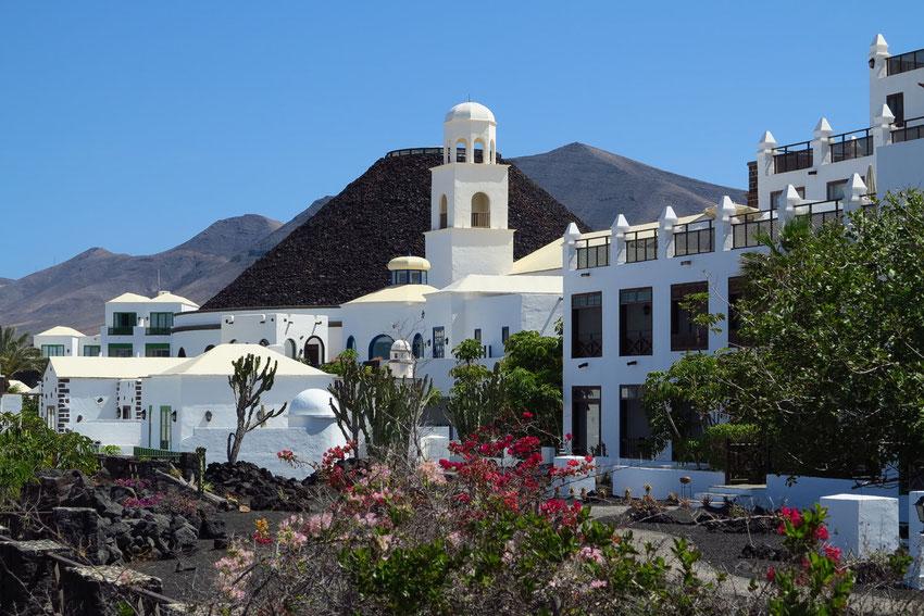 Hotel Volcán Lanzarote. *****L. In der sakralen Eingangshalle vier Gemälde von Ildefonso Aguilar