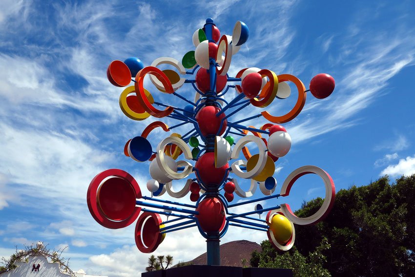 Windspiel vor dem Eingang zum Museum