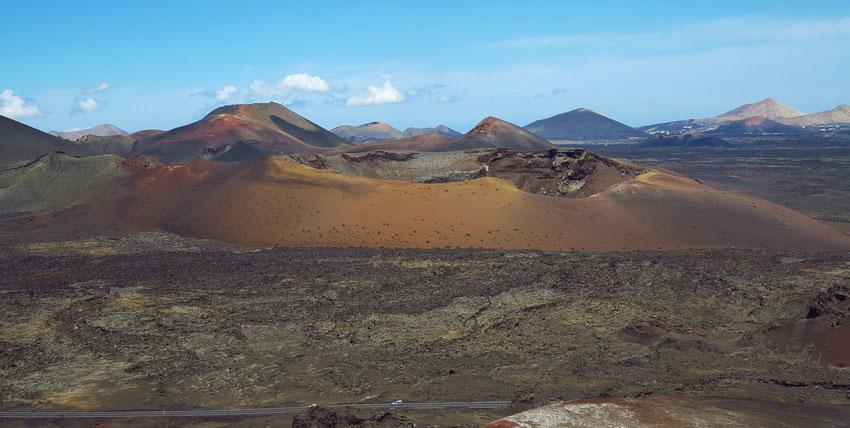 Montanas del Fuego, eine urzeitlich anmutende Vulkanlandschaft, die zwischen 1730 und 1736 entstand. Blick auf die Caldera de los Cuervos