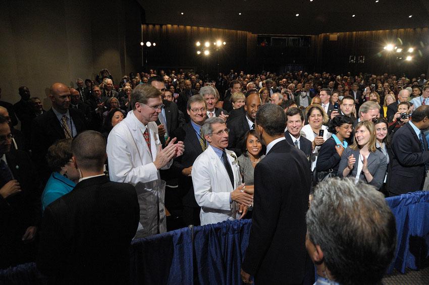 2014年6月、ファウチ氏に挨拶するバラク・オバマ大統領。