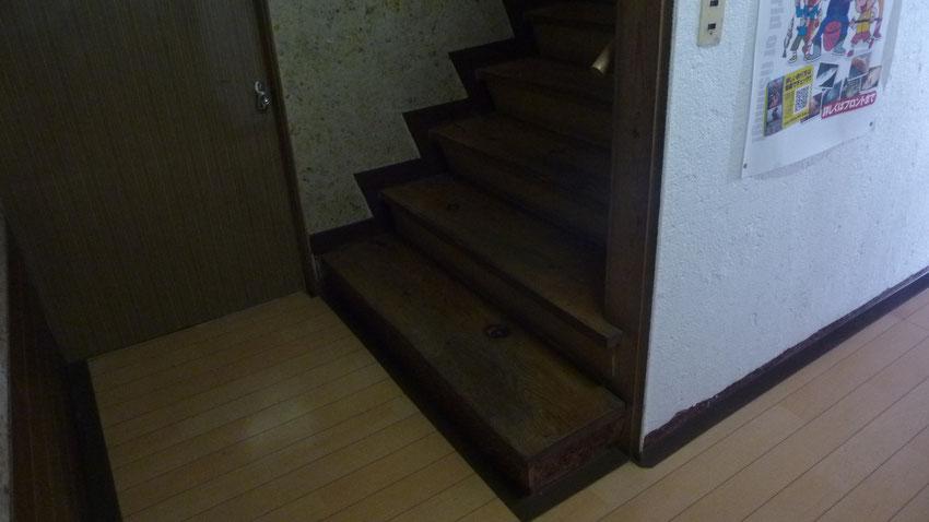1階廊下から右への階段