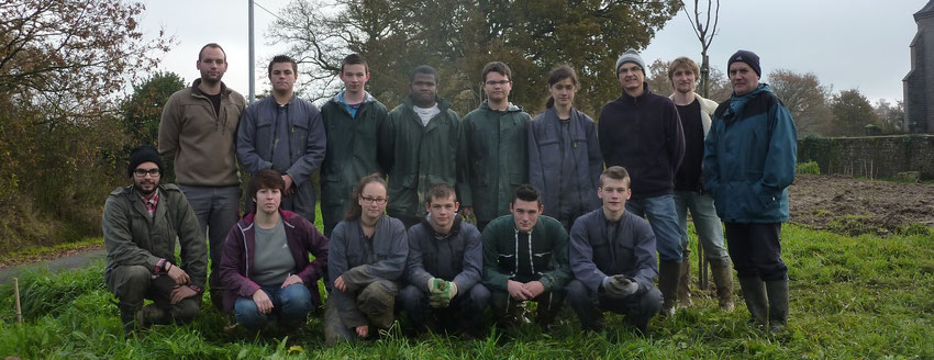 Photo de groupe au complet avec les 3 apprentis, les 2nd TP et leur deux formateurs, et Mr REGEARD.