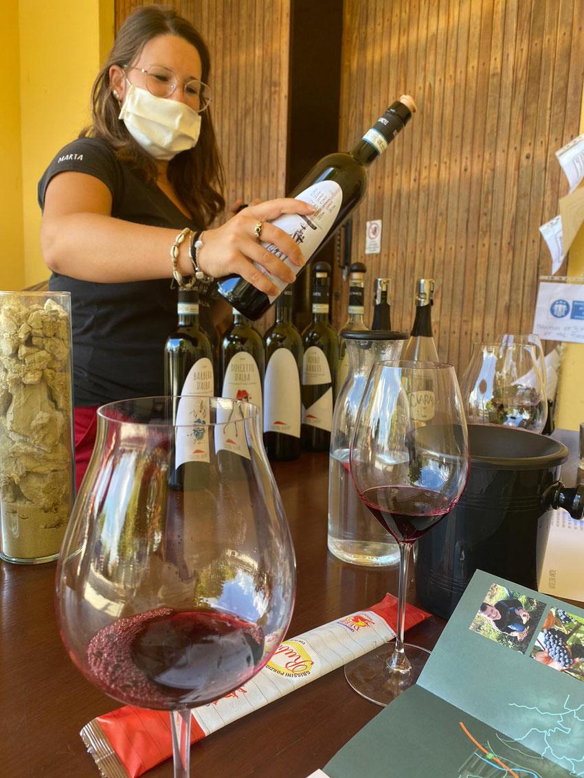 Marta versorgt uns mit Wein und Infos