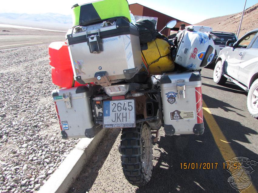 Un grupo de motociclistas españoles que no comprendían por qué tanta demora. Nosotros tampoco.