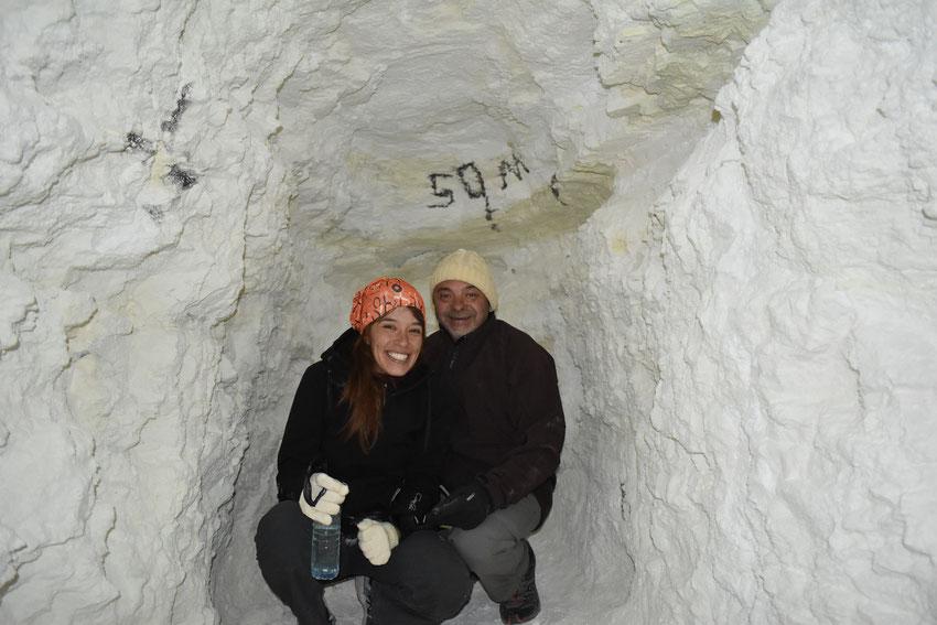 Viky y Rúben, dentro de una cueva de 50 metros de profundidad en Mina Julia. Salta.