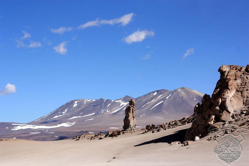 El cielo de un celeste impresionante, contrasta con los volcanes de fondo y las figuras de piedras Tobas, que recortan con sus caprichosas figuras su  manto heterogéneo.