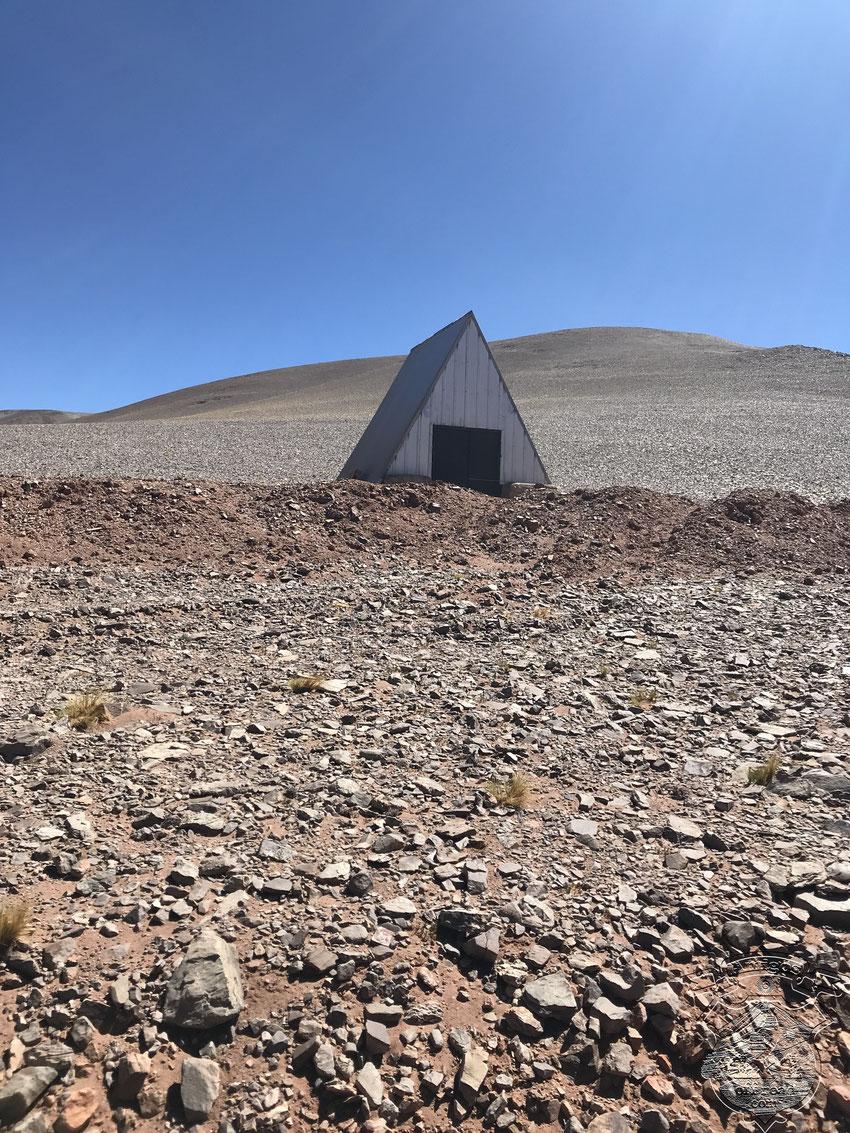 Refugio hecho por la minera cerca del abra, antes de bajar a la laguna Los Aparejos.