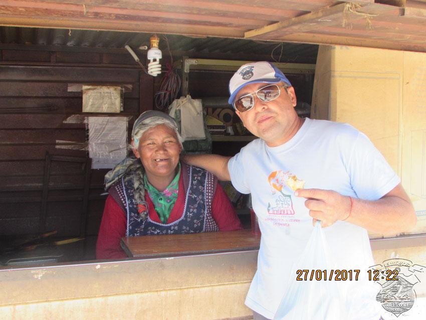 La señora que nos preparó las empanadas y las milanesas, gentilmente, accedió a fotografiarse con Kiko.
