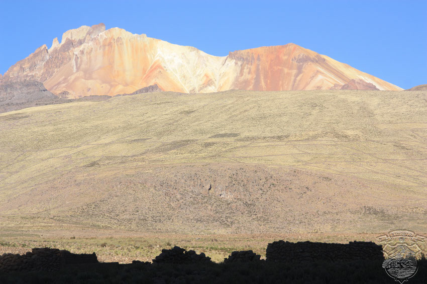 Hermosos colores del volcán Tunupa, nos acompañan camino a Tahua.
