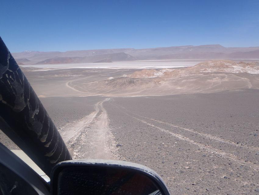 Nuestra huella de bajada bien marcada y abajo la ruta minera que la empalma.