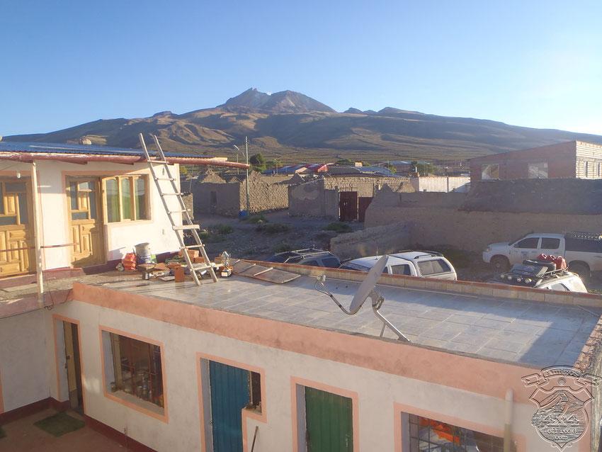 El hospedaje en construcción, las camionetas guardadas y el volcán Tunupa como único centinela de todo el lugar.