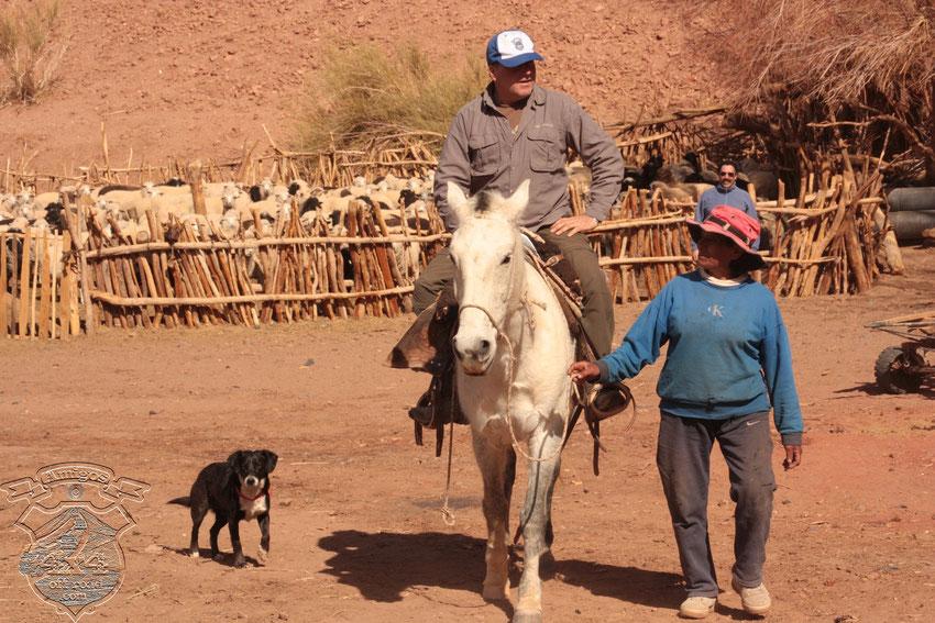 """Tony, paseando la vega en el caballo de Antonio, mientras mantiene una charla con Isidora y es custodiado por """"Manchita"""", la heroína en la caza del puma."""