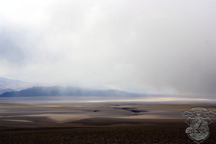 Los paisajes no dejan de asombrarnos, aquí debemos esquivar esas profundas grietas que tragarían a nuestras camionetas sin inmutarse.