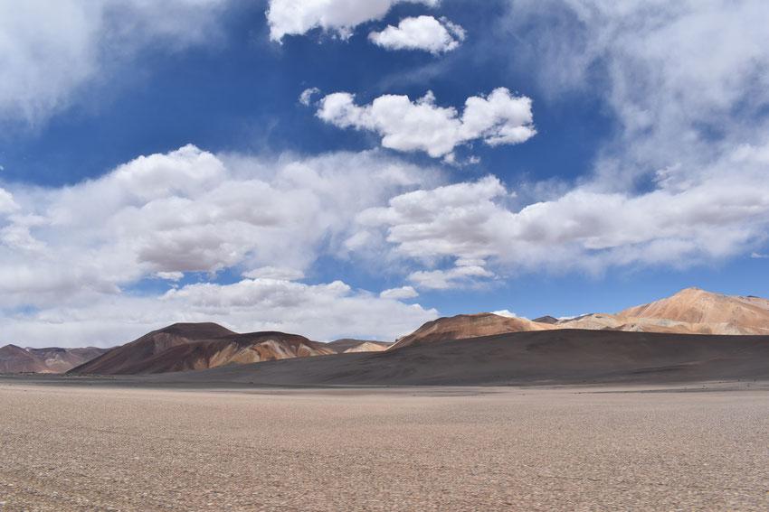 Hermoso paisaje de cordillera nos acompaña en el límite con Chile.