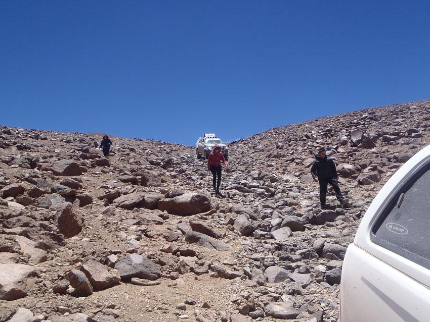 Después de analizar el terreno para la SW4 decidimos poner las planchas para pasar ese tramo y evitar un mal golpe que pueda complicarnos el viaje.