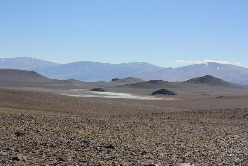 Mientras rodeamos el cerro Chepical, vemos al sur una hermosa lagunita celeste.